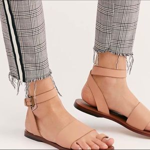 Free People Torrence Flat Leather Sandal in Blush